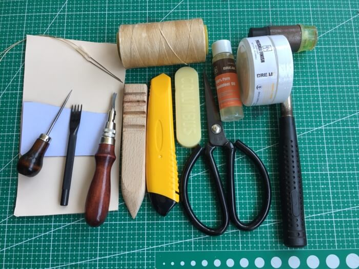 make a leather card holder (1)